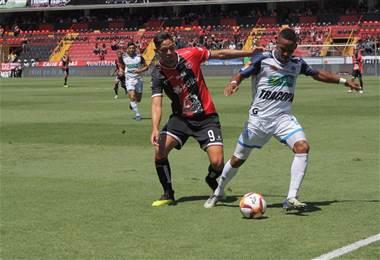 Jonathan Moya de Alajuelense intenta robar el balón al generaleño Jeikel Venegas. Prensa PZ