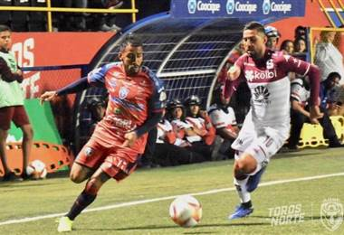 Marvin Obando de San Carlos elude la marca del morado Marvin Angulo.|Prensa San Carlos