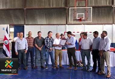 Carlos Alvarado entregó certificación de denominación de origen a Café Tarrazú