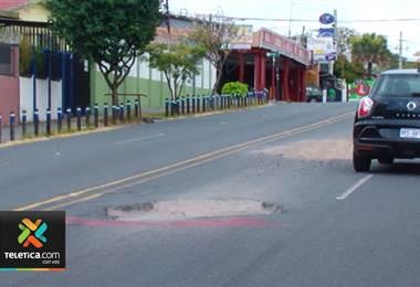 Tres enormes huecos le traen muchos problemas a conductores y vecinos de San Francisco de dos Ríos