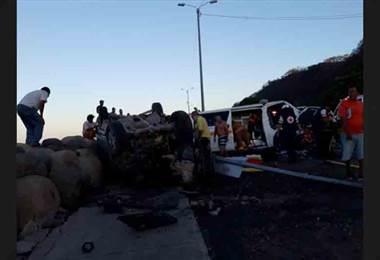 Dos personas graves tras choque de ambulancia con vehículo liviano