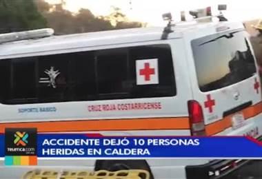 Choque entre una ambulancia y un vehículo deja a cuatro personas en condición delicada en Esparza