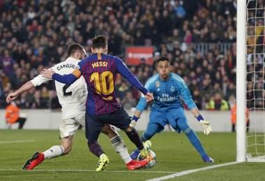 Keylor Navas sale al achique ante el acecho de Messi y su compañero Dani Carvajal.|AFP