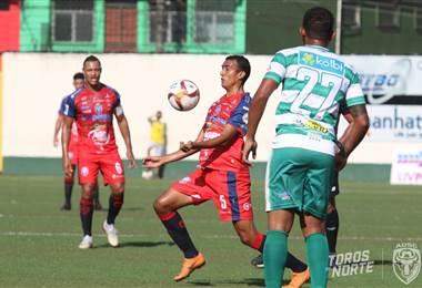 Osvaldo Rodríguez de San Carlos elude la marca de Shain Brown de Limón FC (27). Prensa San Carlos
