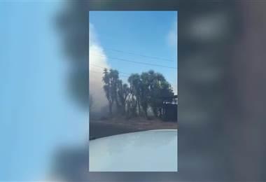 Bomberos atienden fuego de grandes proporciones en un charral de Hatillo
