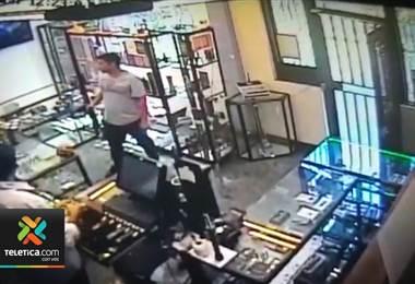 Autoridades buscan a sujetos que robaron una tienda en San José