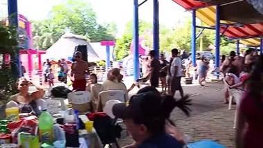 Juan Vainas y Chibolo despidieron las vacaciones piscineando con vecinos de Orotina