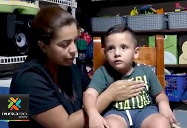 Niño con parálisis cerebral infantil necesita un aparato especial para poder caminar