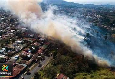 Bomberos necesitaron casi tres horas para extinguir incendio en dos hectáreas de charral en Hatillo