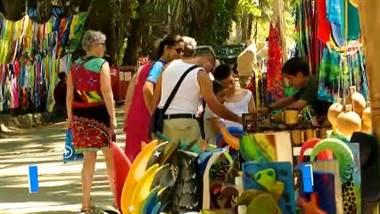 Solía ser un pequeño pueblo de pescadores. Hoy, Dominical es una zona multicultural y turística que vale la pena conocer. Surf, artesanía, tranquilidad, yoga y playa forman parte de este imán para gente de todas nacionalidades que han hecho de este rincón su hogar.