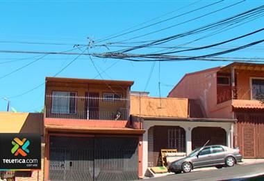 Gran cantidad de cables en tendido eléctrico molesta a grupo de vecinos de San Francisco de Heredia
