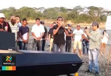 Comunidad colombiana dice que el Río Cauca se murió e hicieron un ritual de 'entierro'