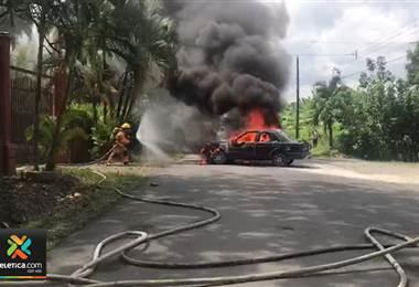 Bomberos atienden vehículo en llamas en Batán de Limón