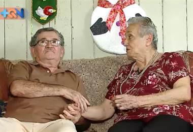 Llegar a 57 años de vida matrimonial no es tarea sencilla, y eso lo saben bien doña Mima y don Manuel. Ellos, vecinos de Guapiles y enamorados uno del otro, nos contaron su historia de amor verdadero.   El papá de doña Mima nunca aceptó la relación de su hija, por lo que los primeros años de casados fueron bastante difíciles, pero nada apagó el amor existente entre ambos.   Con anécdotas, risas y picadillo en la mesa repasamos esas historias.
