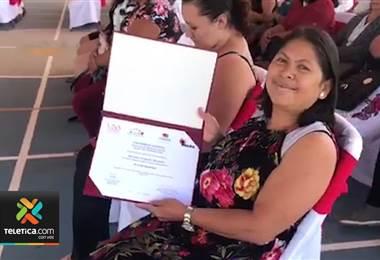 Madre de 14 hijos se logró graduar en la Universidad Nacional