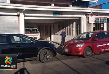 Conductores mal estacionados siguen bloqueando las salidas de cuerpos de rescate