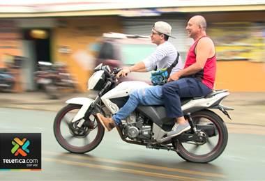 Motociclistas desobedecen ley de tránsito: exponen niños a un accidente sin mecanismos de protección