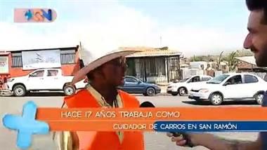 iene 63 años y hace 17 vigila vehículos en San Ramón de Alajuela, además durante las noches es guarda en una escuela de la zona. Lo caracteriza el sentido del humor y la hiperactividad.     Sin duda todos los moncheños conocen a este personaje, o al menos lo han visto coordinando el tráfico en las calles del cantón.