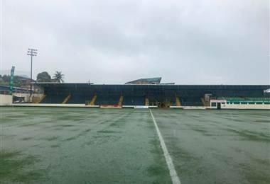 La lluvia no dejó disputar el compromiso entre Limón FC y Carmelita. Prensa Limón FC