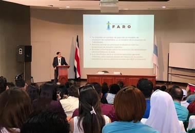 Pablo Mena del MEP en conversatorio sobre FARO realizado en la UCR.