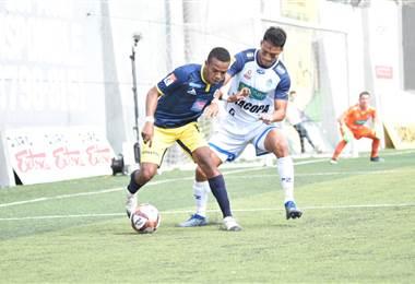 Jean Scott de Guadalupe FC recibe la marca de Edder Munguio de Pérez Zeledón   Prensa Guadalupe FC
