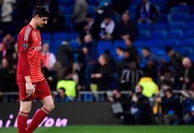 A Thibaut Courtois le llueven las críticas en el Real Madrid