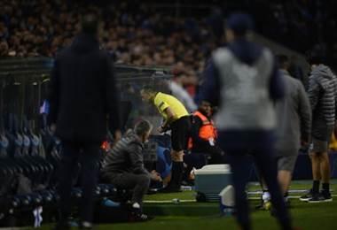 Uso del VAR durante la Champions League. AFP