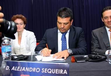 El presidente de Asojupro, Alejandro Sequeira, firma el proyecto de Ley que pretende castigar los insultos racistas en Costa Rica