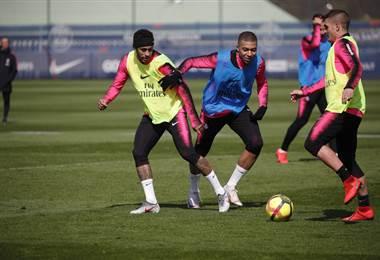 Neymar (izq.) volvió a los entrenamientos con el PSG acá disputa el balón con Mbappé | PSG Inside