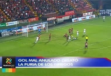 Gol mal anulado desató la furia de los griegos