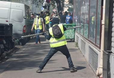 Manifestante de los chalecos amarillos en París. Foto AFP