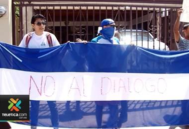 Grupo de nicaragüenses se manifestó esta mañana frente a la oficina de la OEA en nuestro país