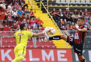 Róger Rojas de Alajuelense enfrenta al portero Luis Torres de Guadalupe FC | Prensa LDA