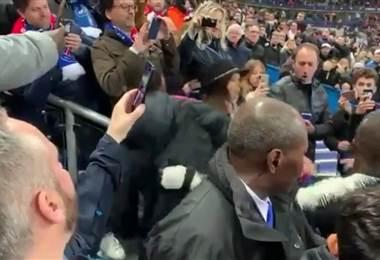 Neymar golpea aficionado durante la final de Copa | Youtube