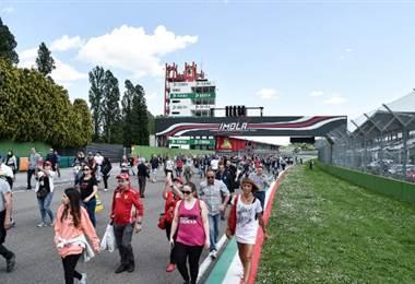 Aficionados llegan al circuito de Imola para homenajear a Ayrton Senna   AFP