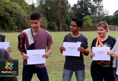 Estudiantes de colegios públicos muestran sus habilidades para hablar mandarín