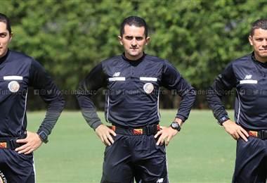 Cristian Rodríguez (centro) junto a los asistentes Octavio Jara y Érick Sánchez | Prensa Fedefútbol