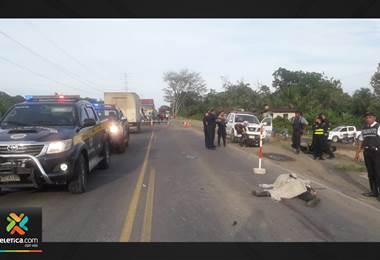 Custodio motorizado hace giro en u y lo impacta el camión