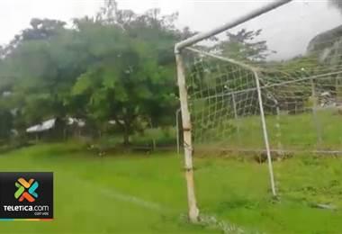 Vecinos de humilde localidad limonense piden ayuda para comprar marcos de la plaza de futbol