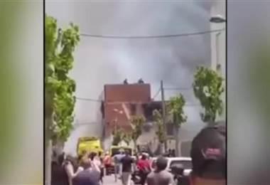 Espectacular rescate en helicóptero de dos personas en azotea de edificio tras incendio en España