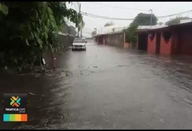 Cama matrimonial obstruyó una alcantarilla y provocó inundaciones en Alajuela