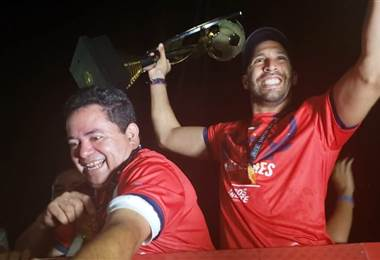 El arquero Marco Madrigal le mostró el trofeo a todos sus aficionados   GABRIEL VARGAS