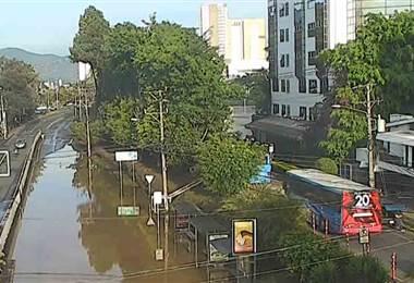 Enorme fuga de agua mantiene inundada la calle que está al frente del mall San Pedro