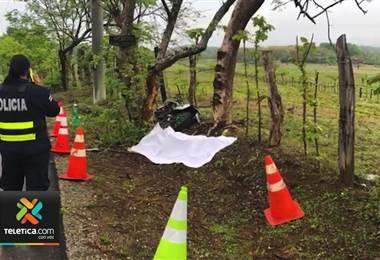 Motociclista murió este sábado tras derrapar y chocar contra un árbol