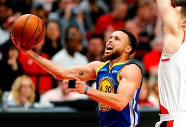 Curry brilla y Warriors ponen a Blazers al borde del abismo en el Oeste