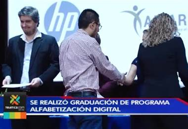 94 personas de comunidades vulnerables se graduaron en computación