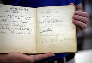 Firmas en libro de visitas en Jerusalén. Foto AFP