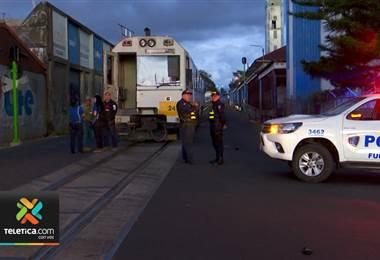 Autoridades insisten a las personas respetar el espacio del tren para evitar accidentes.