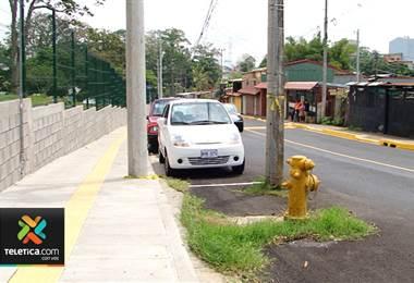 Postes e hidrante ponen en peligro a conductores en Sabanilla de Montes de Oca