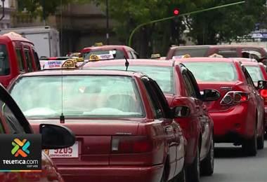 Taxistas realizan tortuguismo en contra las plataformas que brindan el servicio de transporte